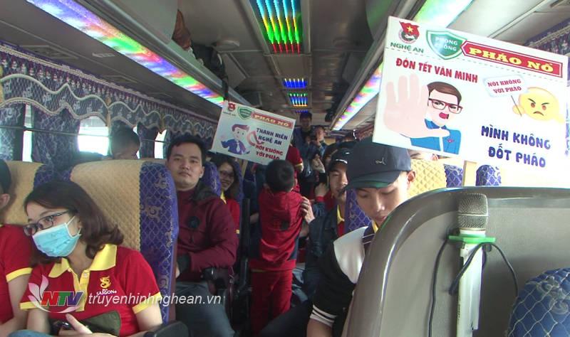 Sau khi xuống máy bay, các công nhân được Tỉnh đoàn Nghệ An hỗ trợ xe ô tô đưa về địa phương.