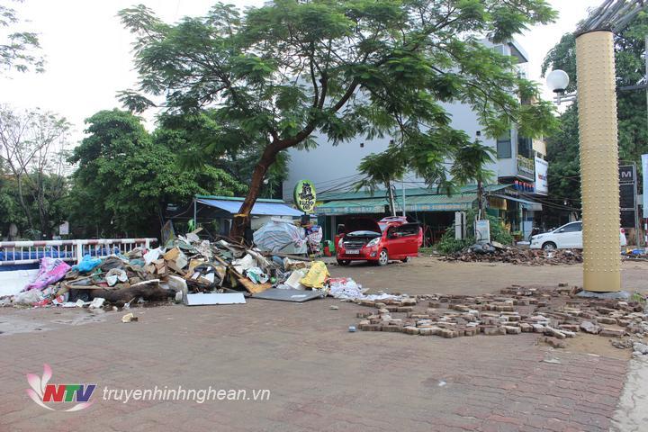 Rác tập kết tại khu vực cầu Nại, đường Hồ Tùng Mậu.