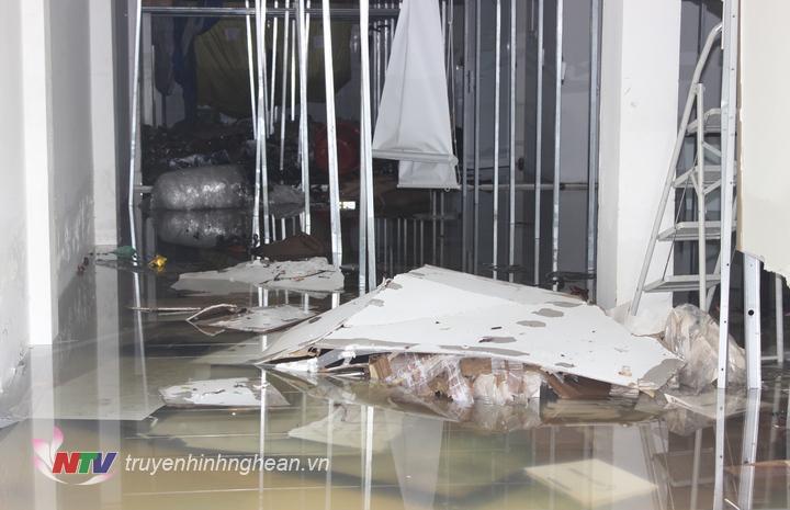 Nhiều cửa hàng có tầng hầm vẫn ngập nước.