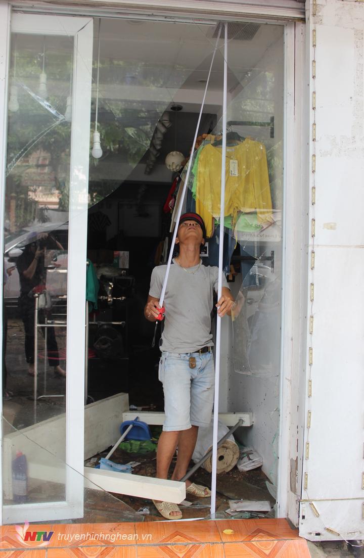 Áp lực nước khiến nhiều cửa hàng bị vỡ cửa kính.
