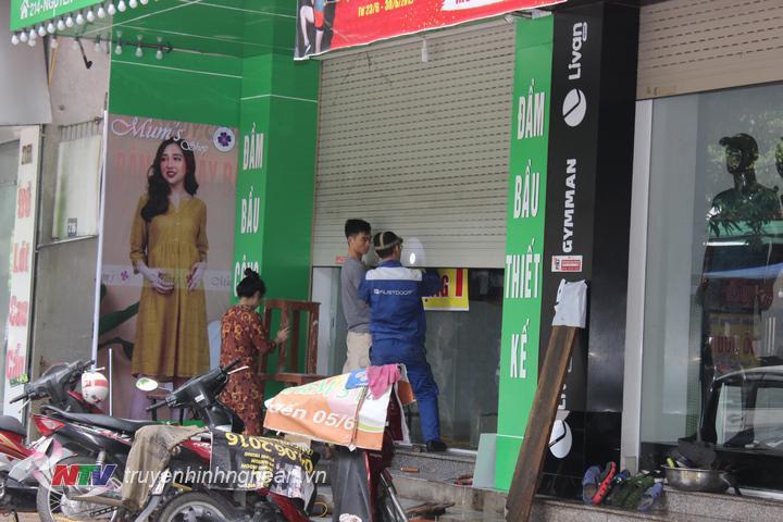 Các cửa hàng khẩn trương sửa chữa hư hỏng để trở lại hoạt động kinh doanh.