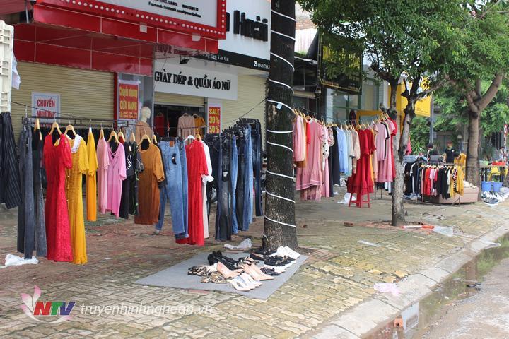 Các cửa hàng tranh thủ đưa hàng hóa ra phơi nắng. Hình ảnh ghi nhận trên tuyến đường Nguyễn Văn Cừ.
