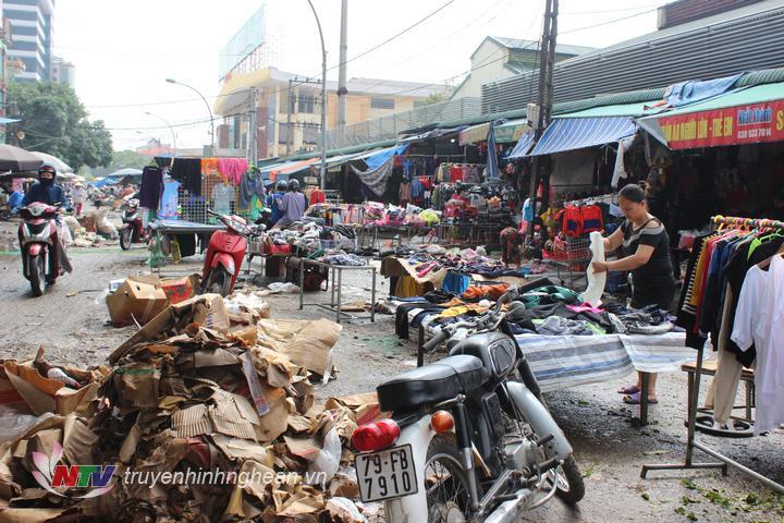 Rác ngổn ngang sau khi nước rút. Hình ảnh ghi nhận tại khu vực chợ Vinh.