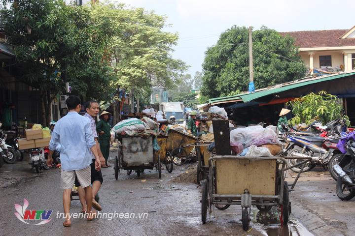 Người dân và lực lượng vệ sinh môi trường nỗ lực dọn vệ sinh.