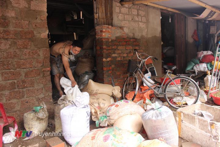 Tiểu thương chợ Vinh kiểm kê, vứt bỏ hàng hóa bị ngấm nước.
