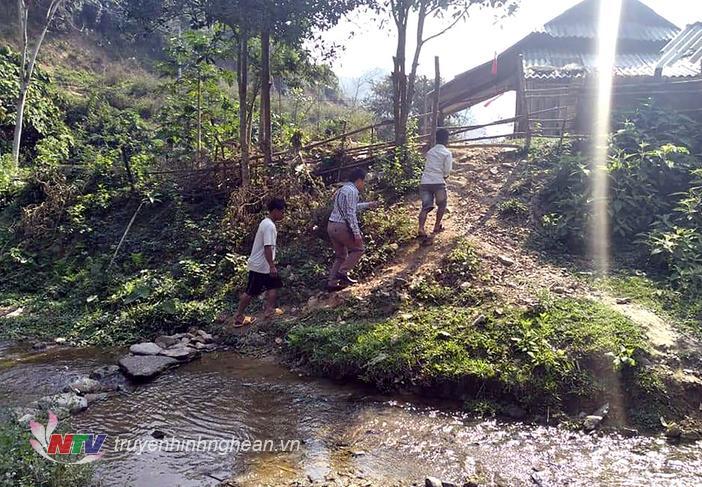Cán bộ phải lặn lội xuống tận bản làng để vận động học sinh đến trường sau Tết