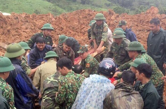 Lực lượng cứ hộ tìm thấy thi thể đầu tiên trong vụ sạt lở ở Sư đoàn 337. Ảnh: Quân khu 4.